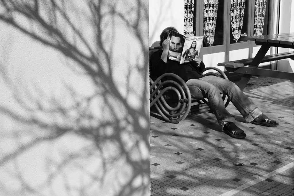tête de livre - Portrait d'une femme dont la tète est cachée derrière un magazine