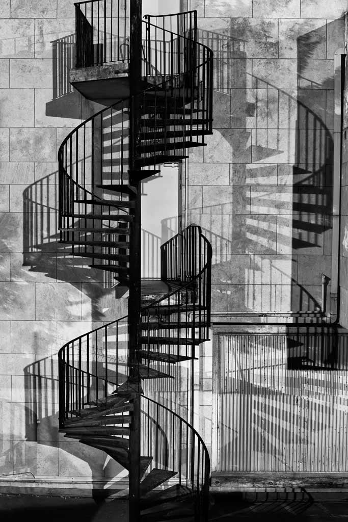 Escalier en colimaçon et son ombre comme une montée impossible