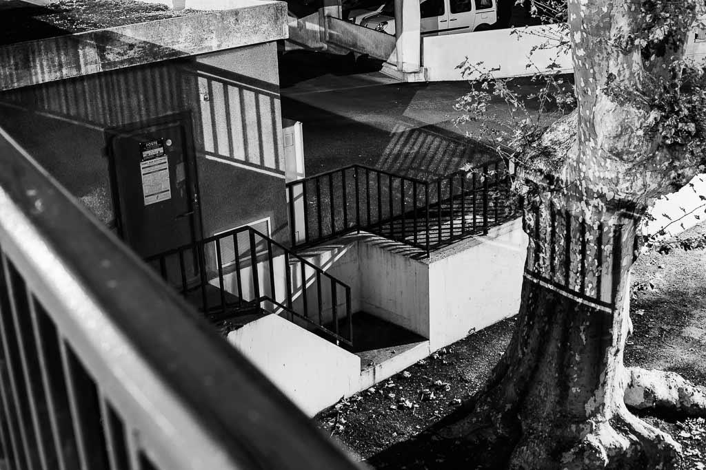 barrières et leurs ombres commes des grilles dans la nuit