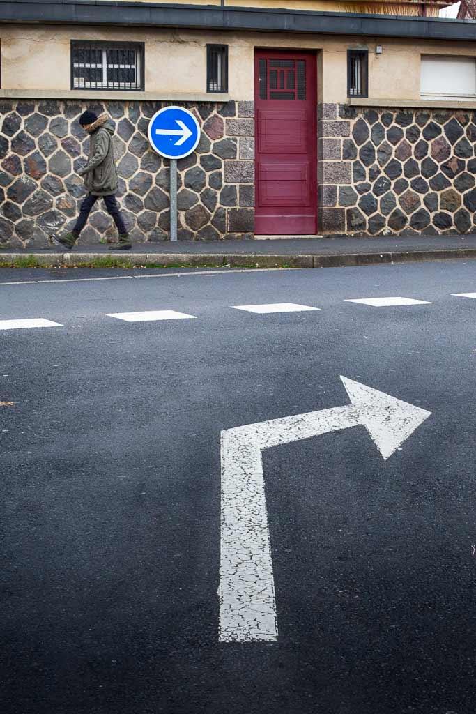Passant avançant a l'opposé du sens des signalisations
