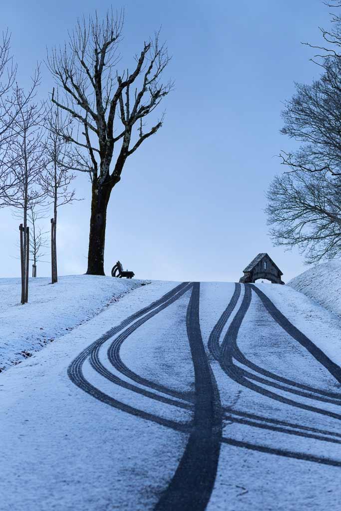 Trace de roues dans la neige