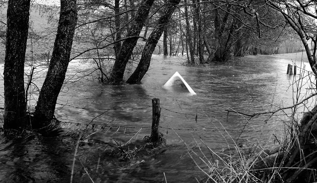 La rivière a débordé et une baignoire surnage péniblement Jussac Cantal