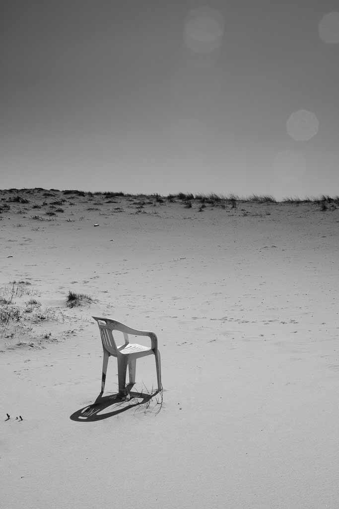 Chaise plastique seul sur une dune gironde