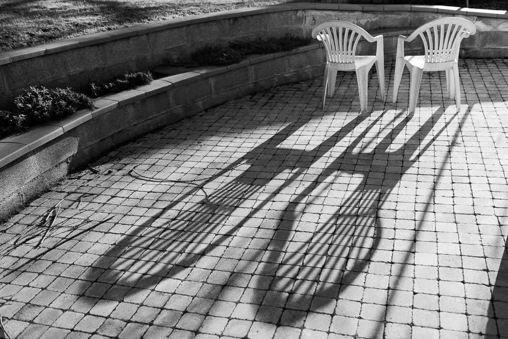 2 chaises plastique face au soleil couchant