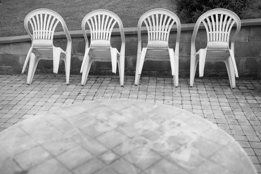 4 chaises plastique au repos