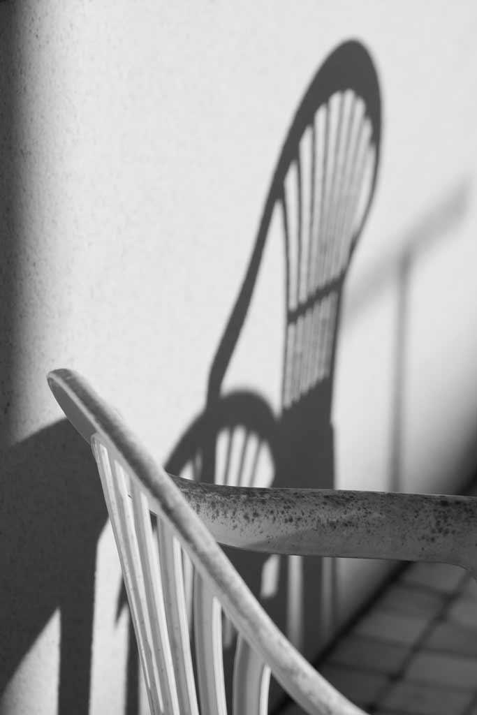 Chaise plastique jeux d'ombres