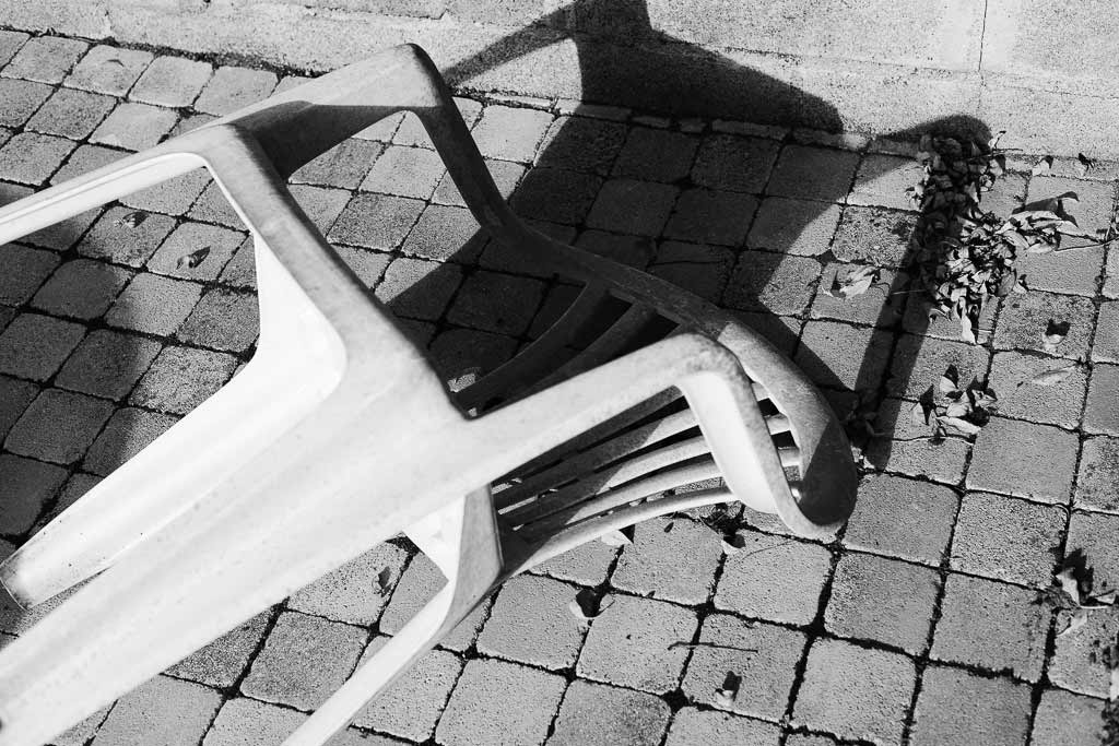Chaise plastique tombée au sol