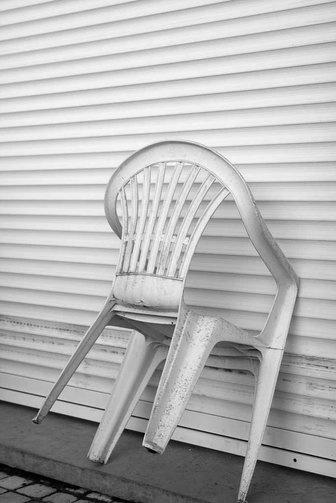 Chaise plastique gardienne de la porte