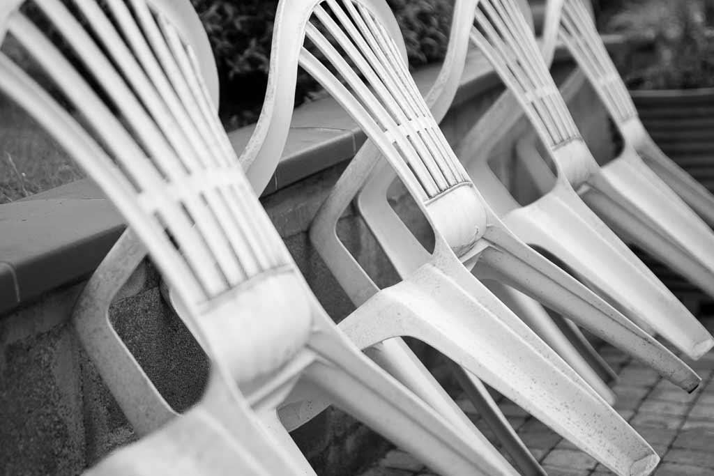 4 Chaises plastique alignées au repos