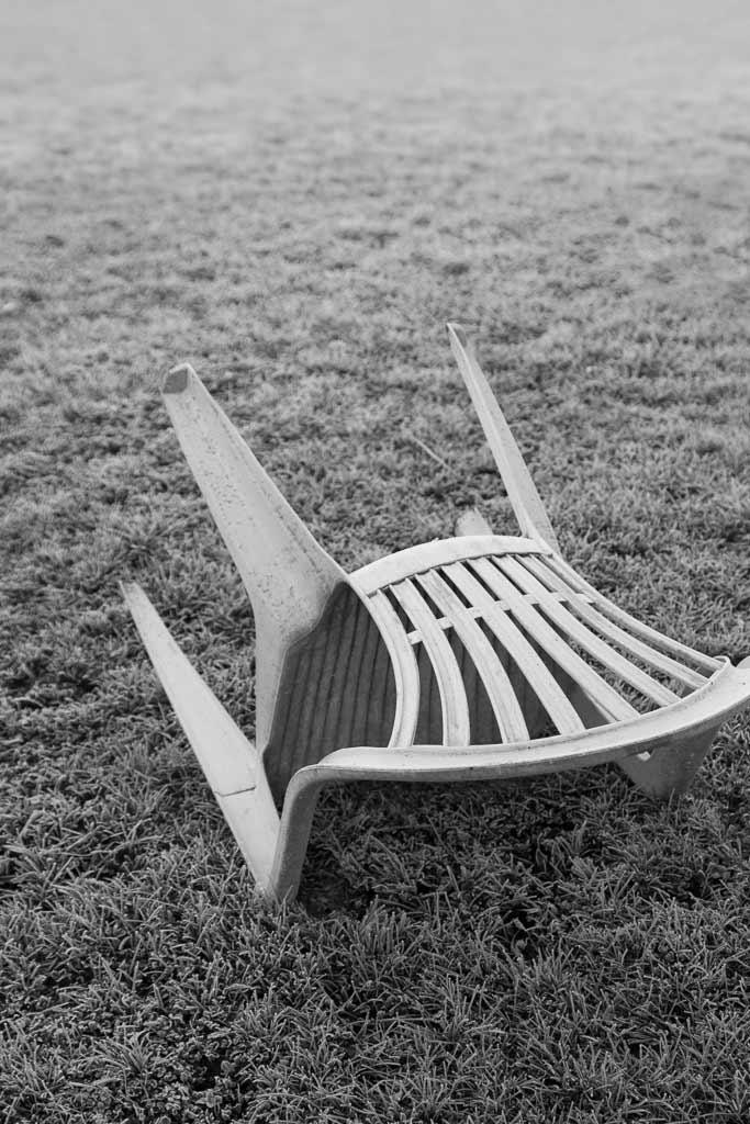Chaise plastique dans le givre du matin