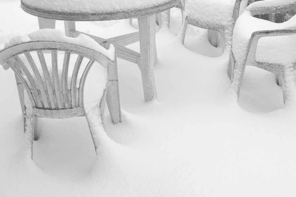 Chaises plastique sous la neige
