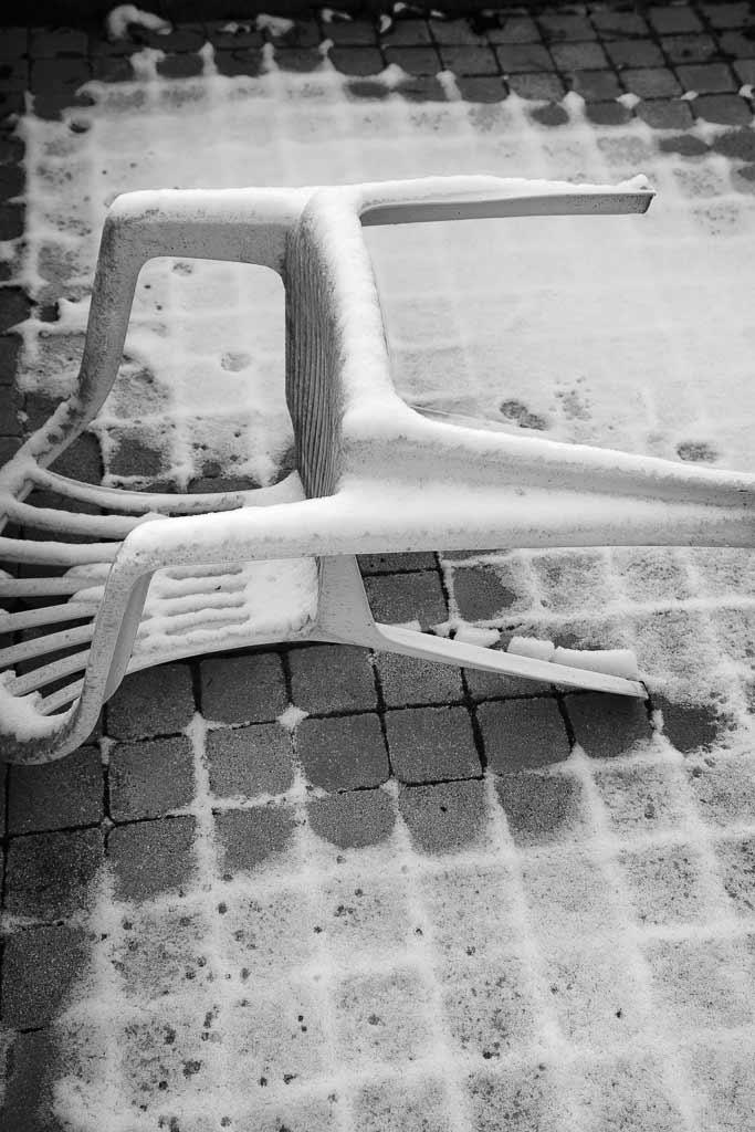 Chaise plastique morte de froid