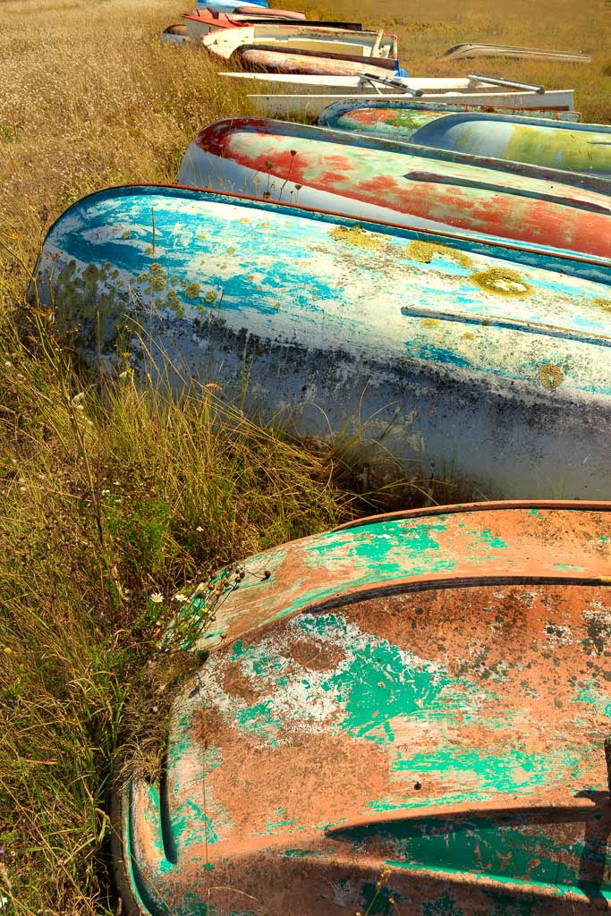 Alignement de vieilles barque colorées a l'échouage