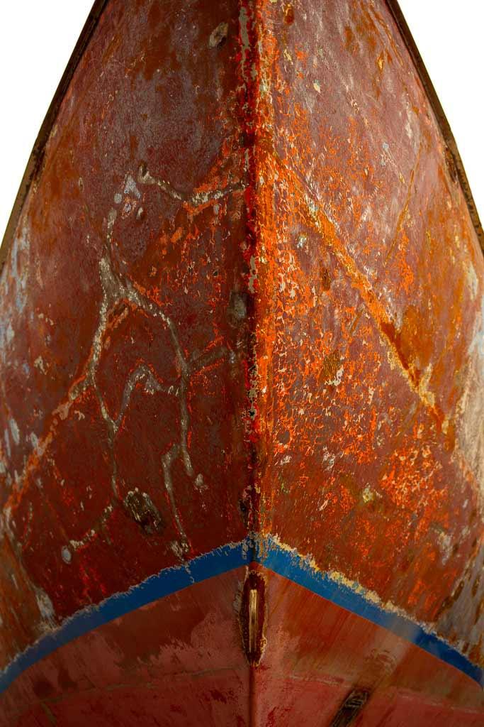 Etrave rouillé d'un voilier de face en contre plongé