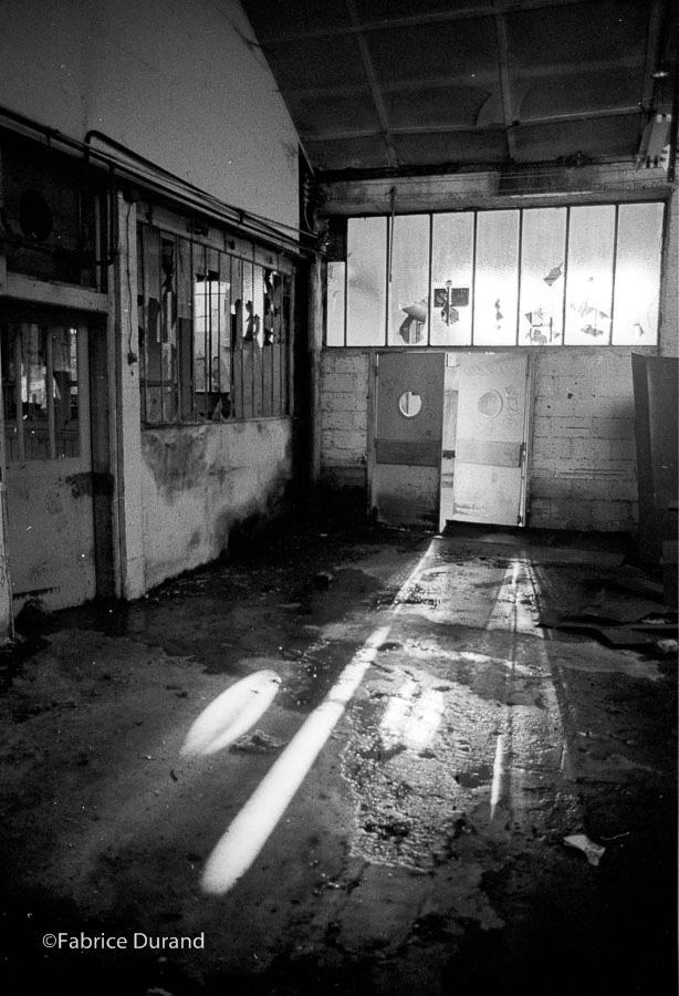 Jeux de lumière porte Atelier Usine abandonné