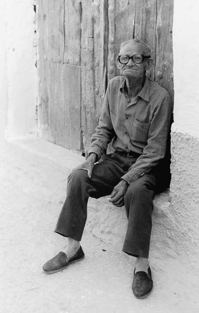 Portrait vieille homme village troglodyte espagne