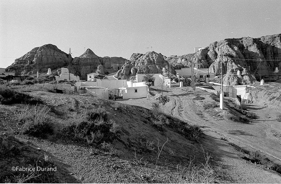 Vue panoramique village troglodyte espagne