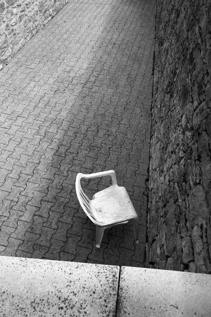 Une chaise est abandonnée entre les murs.